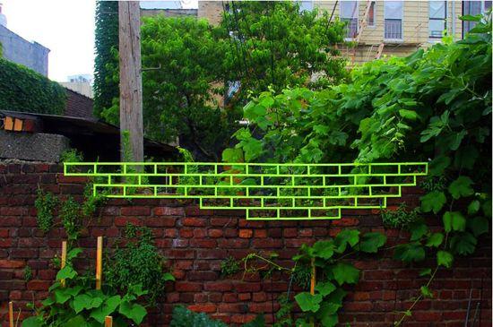 As ruas já têm suas conhecidas formas de arte, como o grafite. Mas o artista Aaakash Nihalani resolveu inovar e levar sua obra diferente também para as ruas. Se trata de fitas adesivas super coloridas, que além de complementar o cenário ao ar livre,