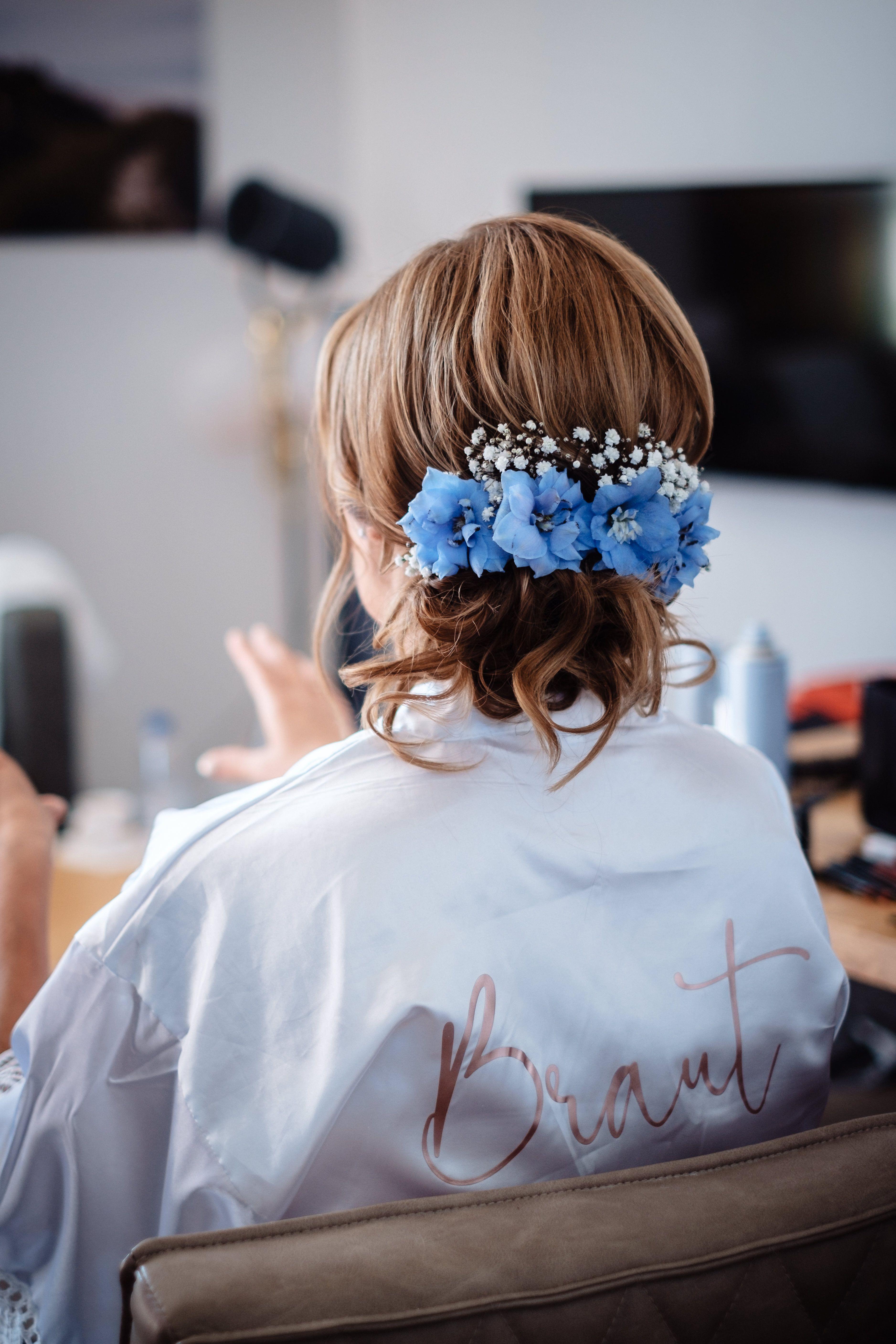 Brautfrisur Hochgesteckt Mit Frischen Blumen In Blau Brautfrisur Frisur Hochzeit Brautfrisuren Mit Schleier