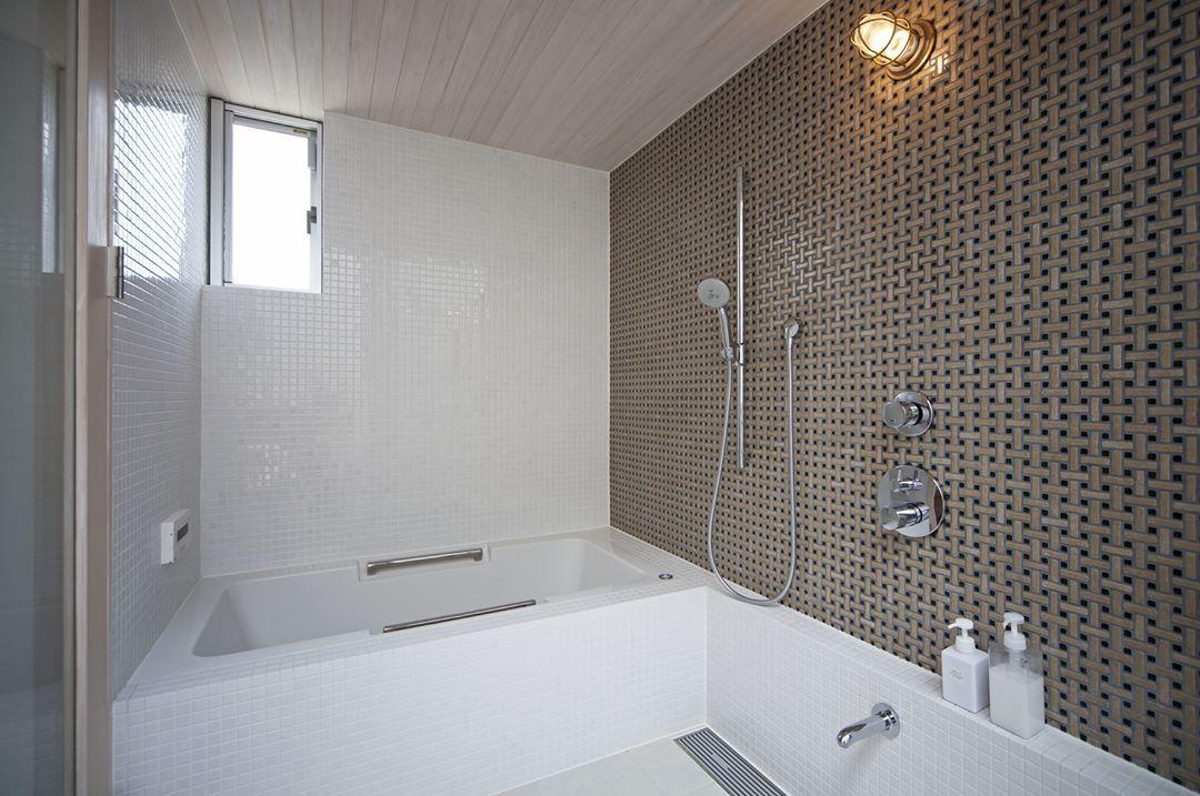 壁のタイルが印象的なバスルーム レインシャワーも設備されてます 注文住宅 Kisetsu マイホーム シンプルな家 おしゃれな家 浴室 浴室タイル バスルーム レインシャワー 建築 設計事務所 浴槽 明るいお風呂 お風呂 庭 ナチュラルな暮らし 窓のあるお風呂 モダンな家