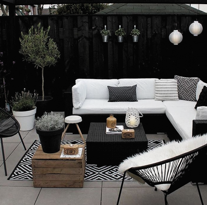 Terrasse Modern Schick Wei Sofa Lounge Sessel Holz Pflanzen Dekoration Ideen Dekora In 2020 White Patio Furniture Outdoor Patio Decor Cheap Patio Furniture