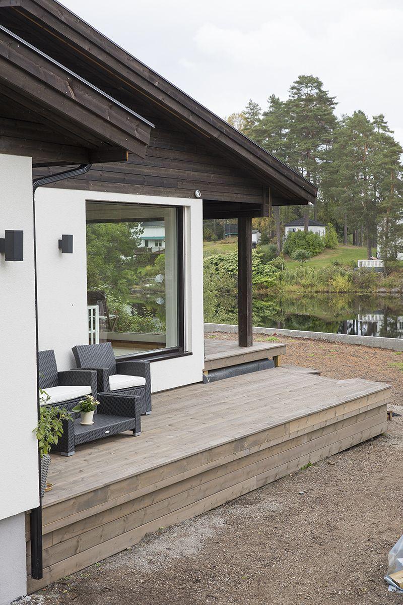 Kledning, tretak og terrasse i MøreRoyal®, stilfult og lekkert kombinert med hvit mur.