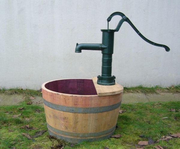 Holzfass Als Mini Teich Mit Schwengelpumpe Handpumpe Im Schlichten Design Wasserpumpe Garten Miniteich Holzfass