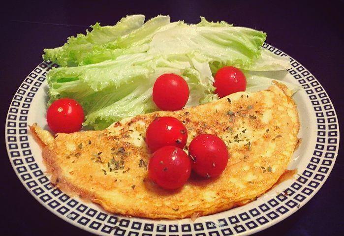 Sai uma Dose extra de proteinaaa! Omelete com fiambre de frango e queijo fresco  tomate cherry alface grão de bico ( não está na foto) Sobremesa: Quark  cacau puro  #healthyfood#healthylifestyle#healthyliving#foconadieta#foconoobjetivo#dinner#jantar#jantarsaudável#healthydinner#eatclean#eatwell#alimentaçãosaudável#estilodevidasaudável#vegetables#omelete#foodmotivation#comidasaudável#lowcarb#food#comidadobem#salada#omeletefit#omeletedeclaras#eggs#tomatescherry#alface by andreiamarisa30