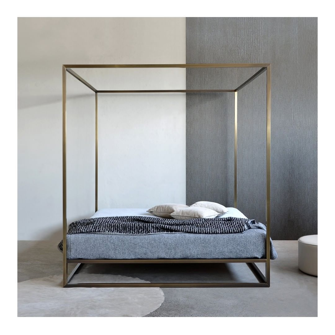 An Essential Language Expressed Through Sober And Rigorous Lines Discover The Ashabrass Baldaquin By Xam Inte Bett Möbel Himmelbett Altbau Wohnung Einrichten