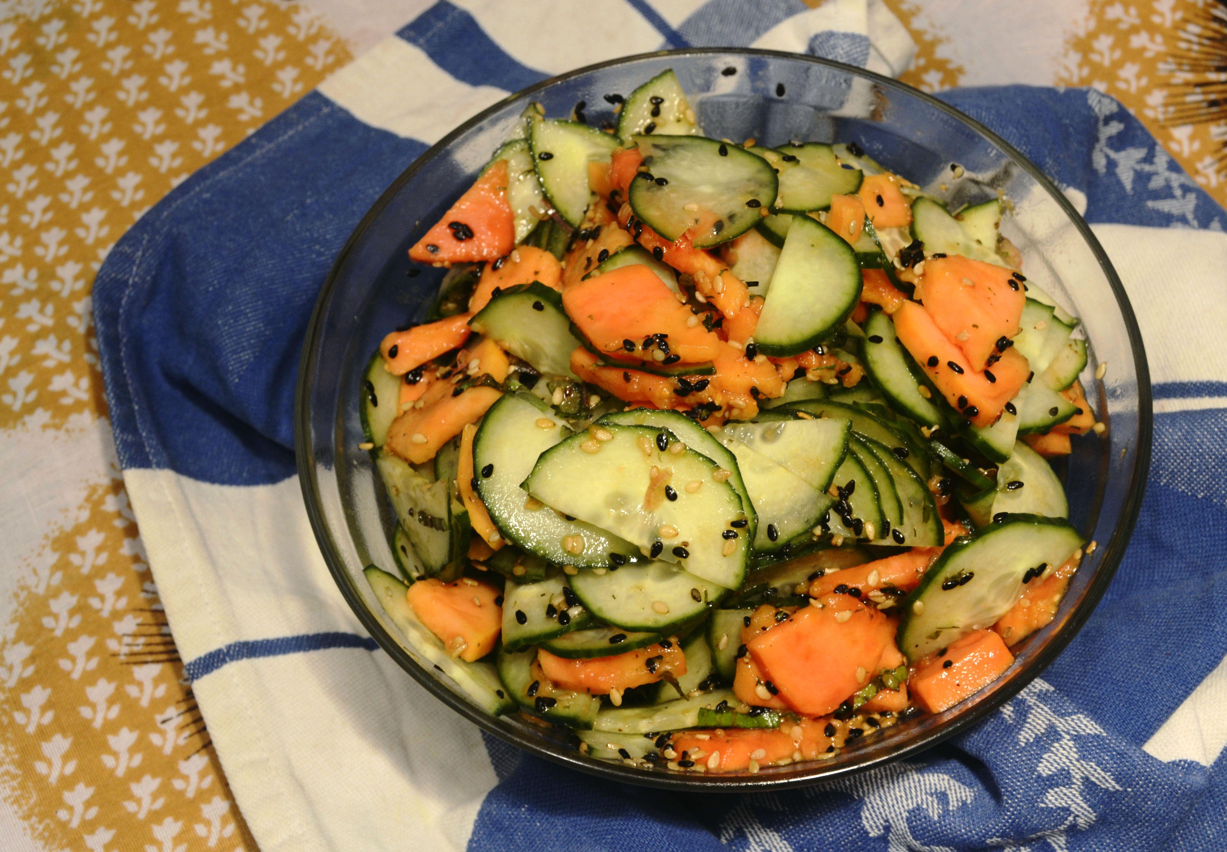 Gurken Papaya Salat mit Schalotte und Sesam - Spicyslice