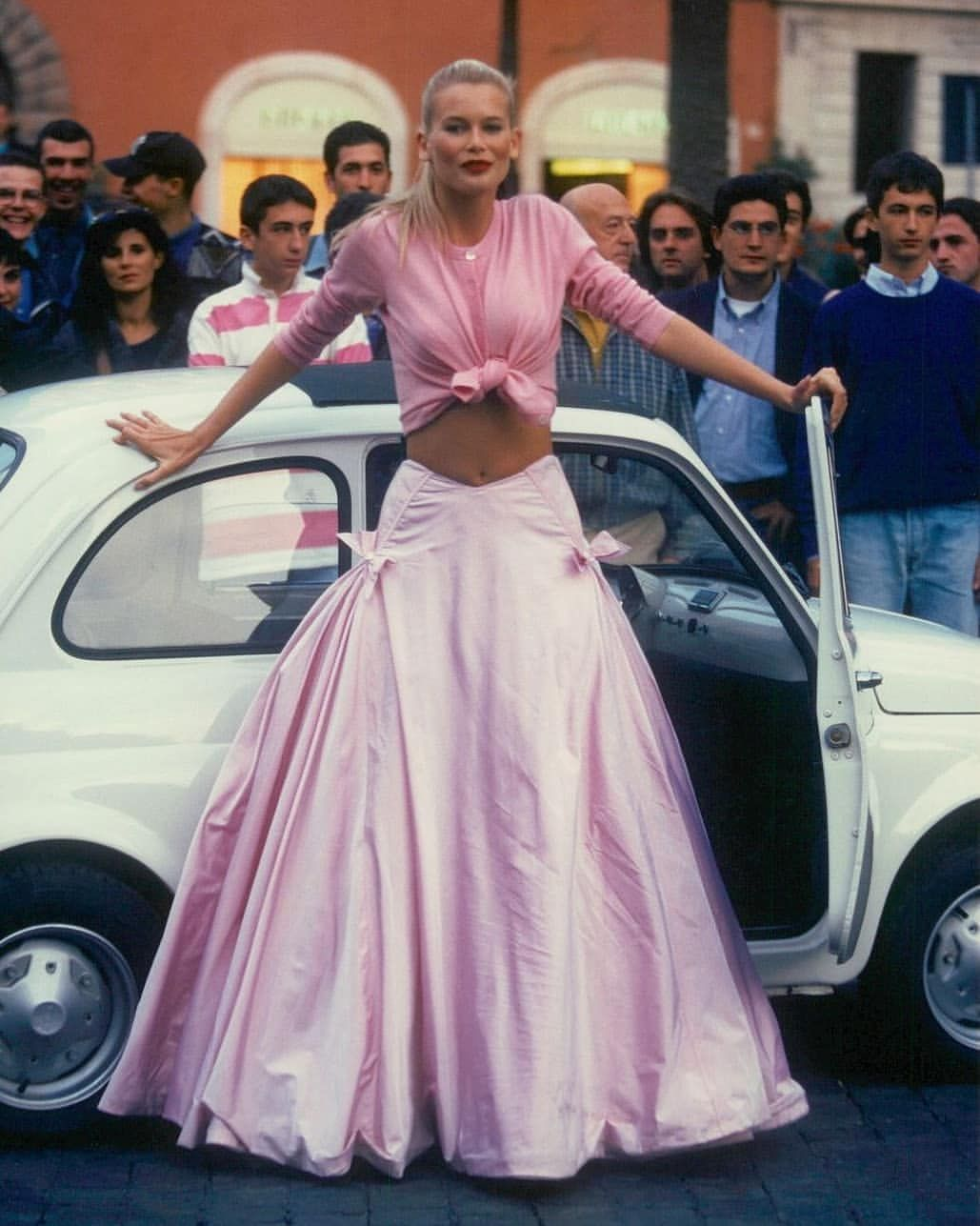 Claudia Schiffer Behind The Scenes Shooting For Vogue In Rome 1994 Fashion 90s Fashion Outfits Outfit Inspirations 90s