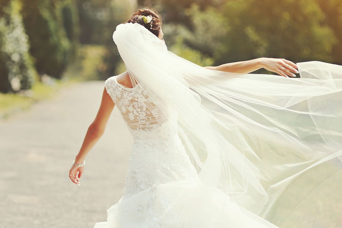 Schleier, tolle Brautschuhe (egal ob von Rainbow, hochhackig oder flach), Unterwäsche – Hier zeigen wir euch alles was die Braut bei der Hochzeit braucht!