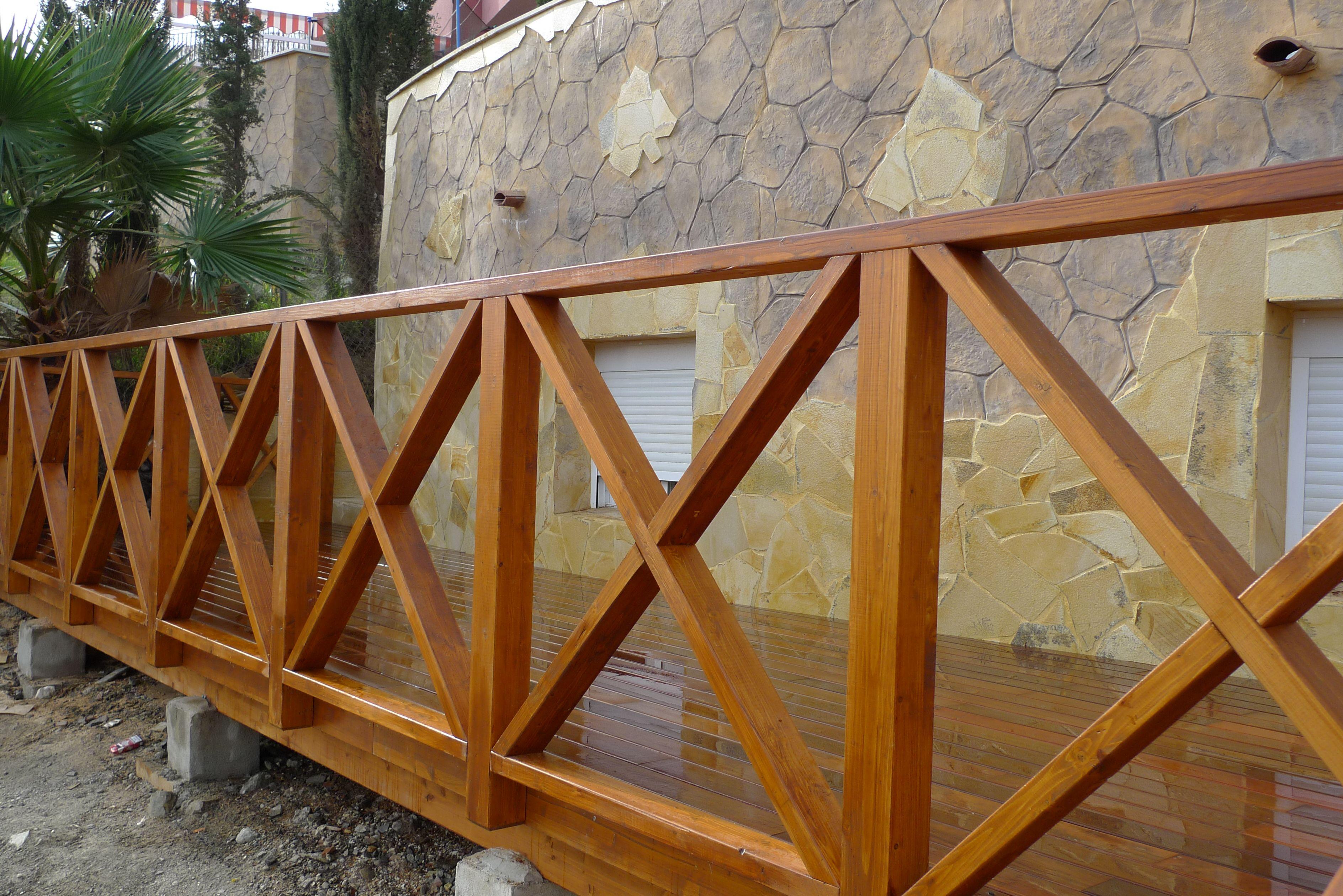 Reforma en jard n detalle barandilla y suelo de madera - Baranda de madera ...