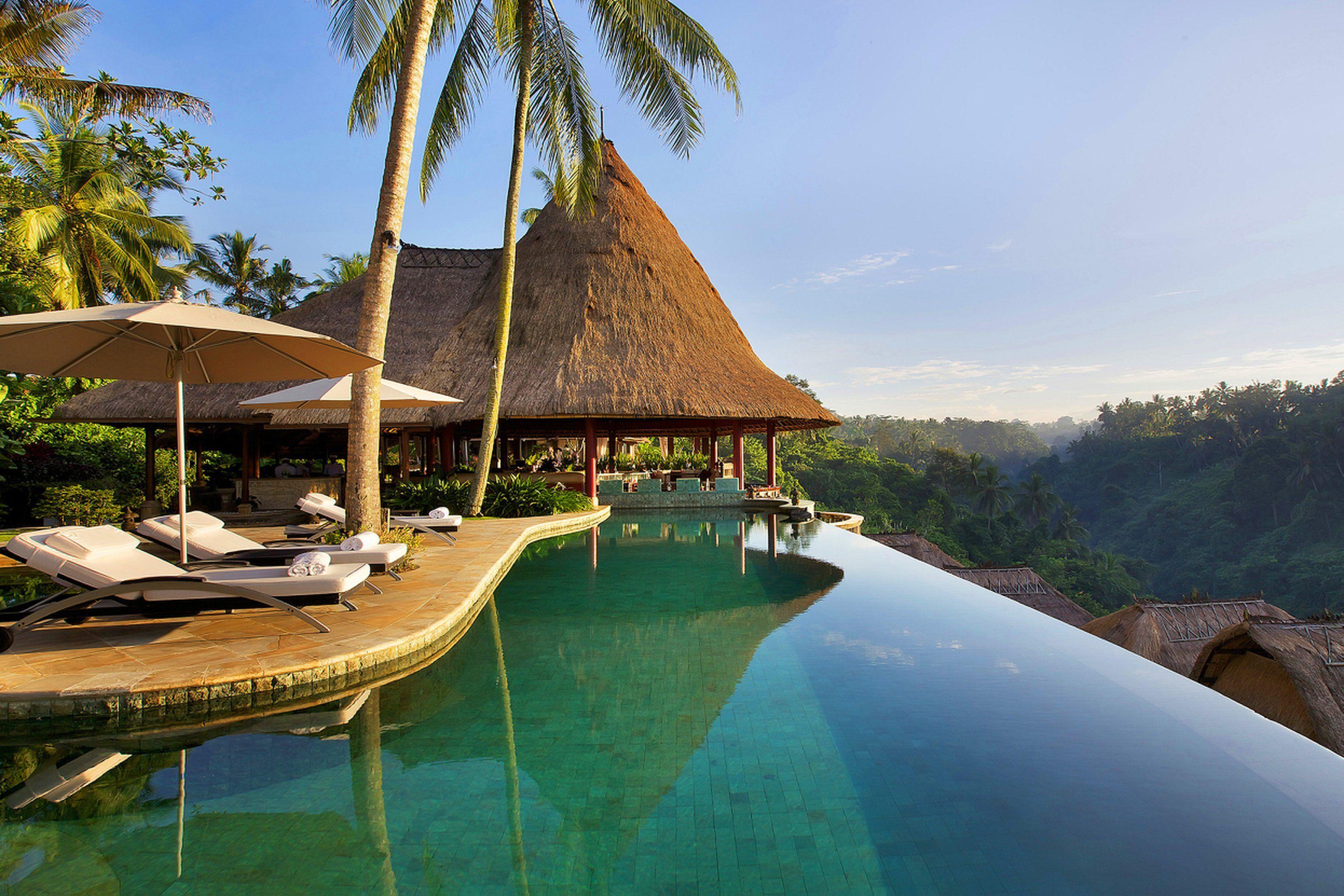 #Amor a primera vista 💘 En este hotel puedes disfrutar de tus merecidas vacaciones, contemplando el hermoso #pasiaje de #Bali 🌴🌞 The Viceroy Bali Resort ***** | Ubud, Indonesia #viajar #indonesia #asia #ubud #playa #piscina #escapio #palmeras #beachvibes #paraiso #verano #vacaciones