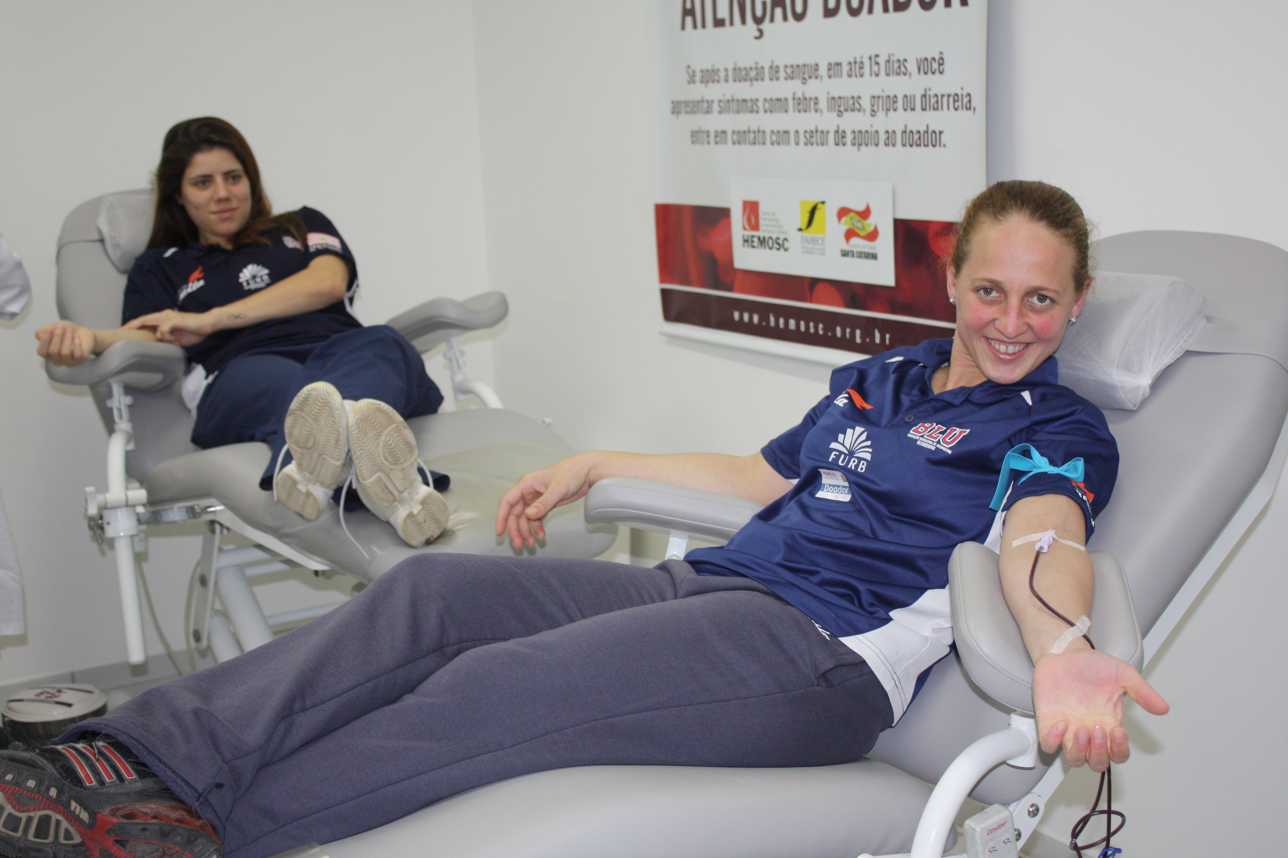 Equipe de handebol feminino Blumenau/FURB doa sangue no Hemosc CRÉDITO: Leo Laps