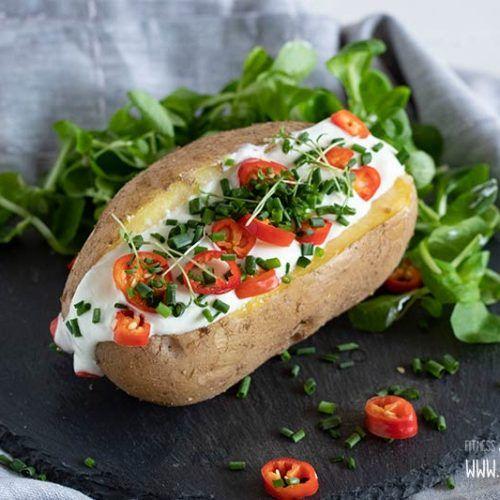 Ofenkartoffel mit Quark und Salat