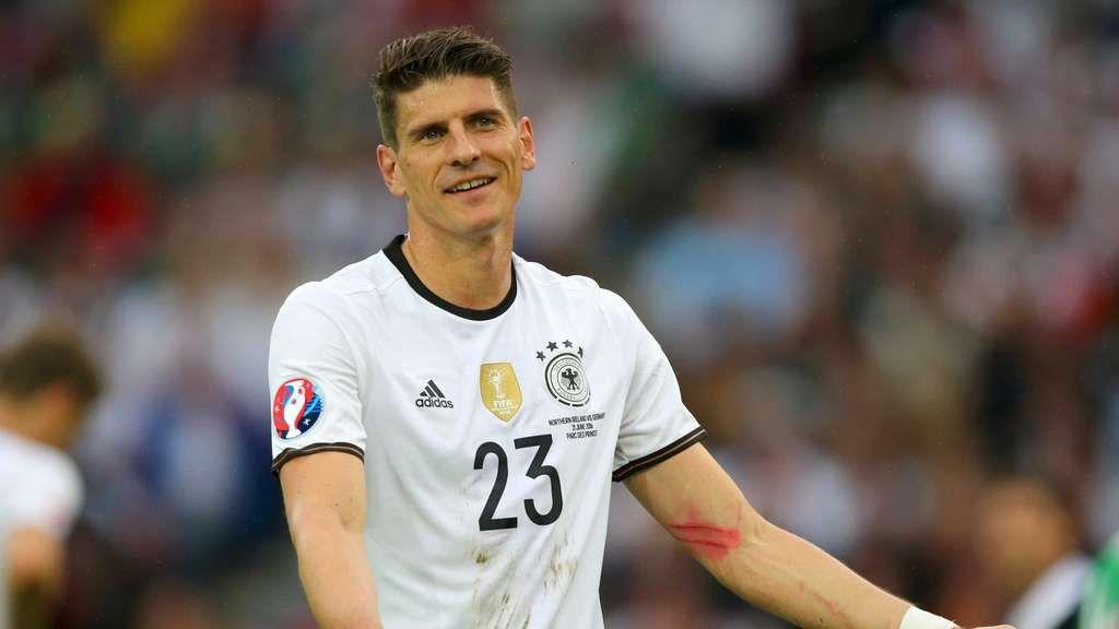 Mario Gomez Mysteriose Striemen Am Linken Arm Mario Gomez Fussball Em Deutsche Mannschaft