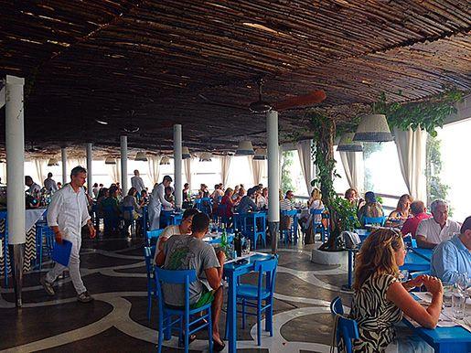 O ambiente é muito gostoso, restaurante Riccio ( O ouriço ), Capri, Itália.