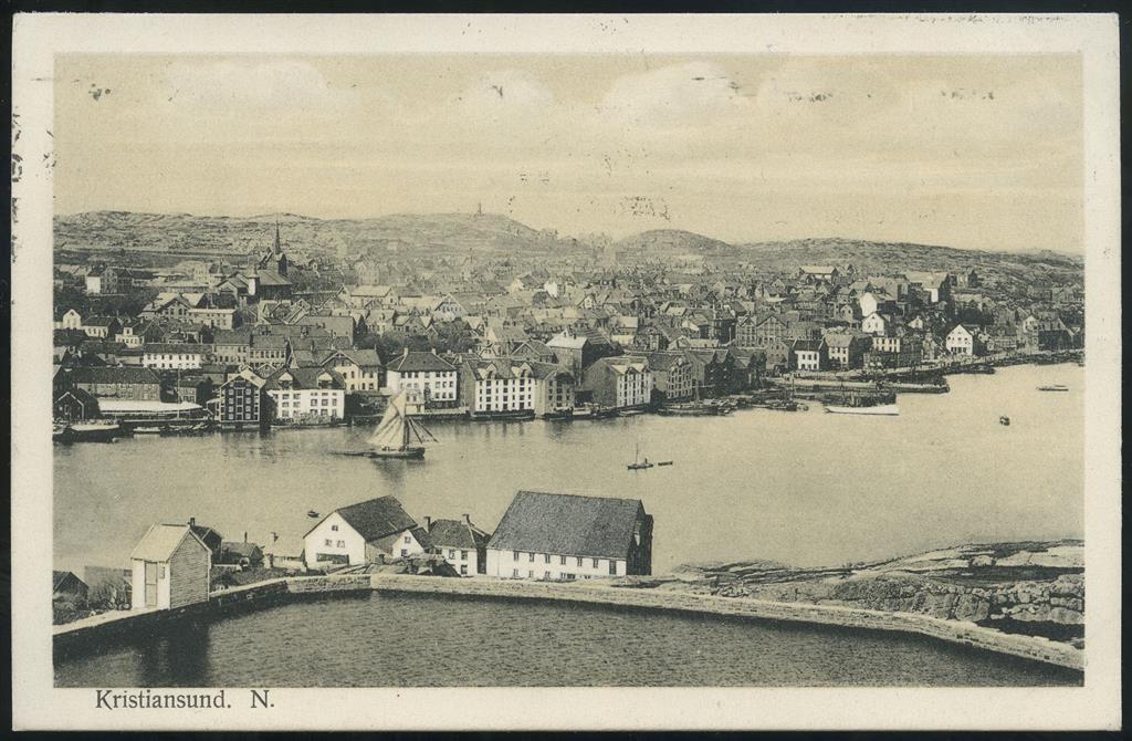 Møre og Romsdal fylke KRISTIANSUND N. Fint motiv med vannbasseng i forkant  Utg Werner's kunstforlag Brukt 1912