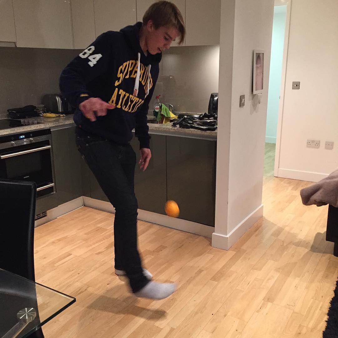 Stortalentet Martin Samuelsen tar Zlatan-utfordringen. @havronning og @jonmartinh har besøkt 18-åringen i London. Link i bio! #Spårtsklubben by vgtvsport