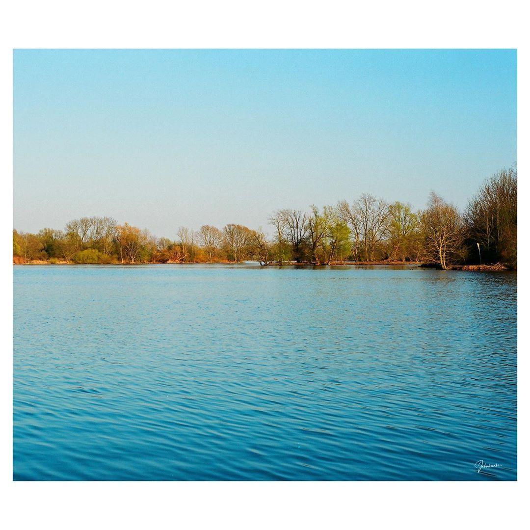 ANALOG Just beautiful ... 📷#minoltax700 + Minolta MD 50mm f1.7 🎞️#kodakektar100  @drivebyfilm byfilm @thefilmstead @the.analog.club . . .  #analogphotography #analog #house #filmphotography #filmphotographic #filmohoto #haveagoodtime #oldbutgold #theanalogclub #thefilmcommunity #thefilmstead #drivebyfilm #sunset #goldenhour #hamburg #lake #sunnyday