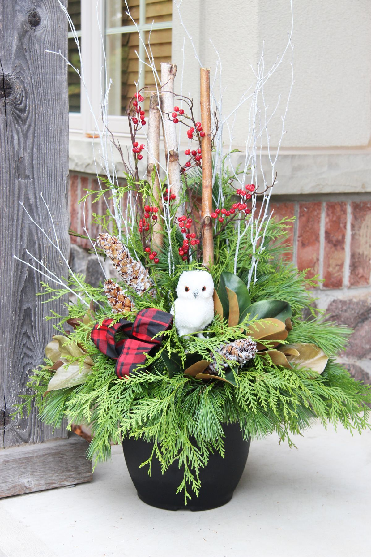 Pingl par joanna meyers sur christmas planter for Decoration exterieur hiver