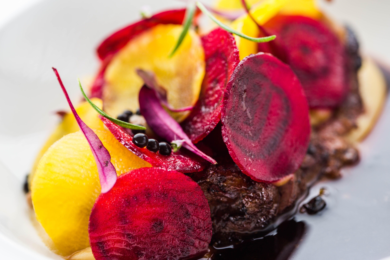 Vanhankaupungin sydämessä sijaitseva Cru tarjoaa makuelämyksiä  miellyttävässä ympäristössä hyvän palvelun kera. Ravintolan listalta löytyy erityisesti kala-annoksia. Cru on kerännyt kehuja useissa alan kilpailuissa kuten maailman arvostetuimman kokkikilpailun Bocuse d'Orin sekä Viron gastronomiakilpailun Hõbelusikaksen myötä. #eckeröline #tallinna #tallinn #cru