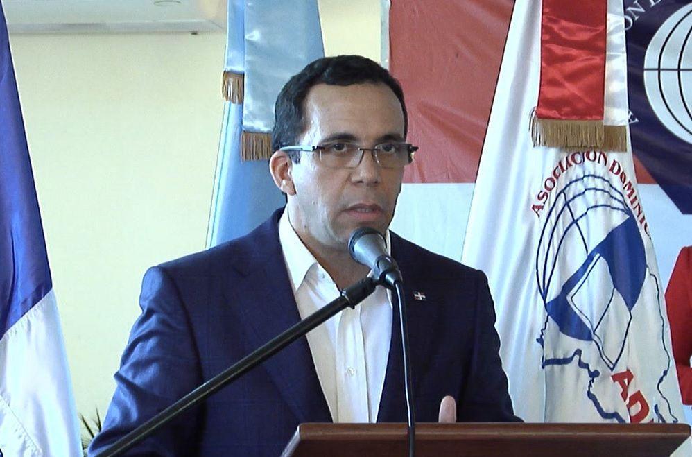Navarro encabeza encuentro con dirigencia de la ADP en Azua para conocer realidad escolar