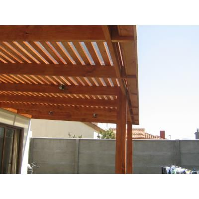 Cobertizos de madera terrazas p rgolas en su casa for Casas con cobertizos