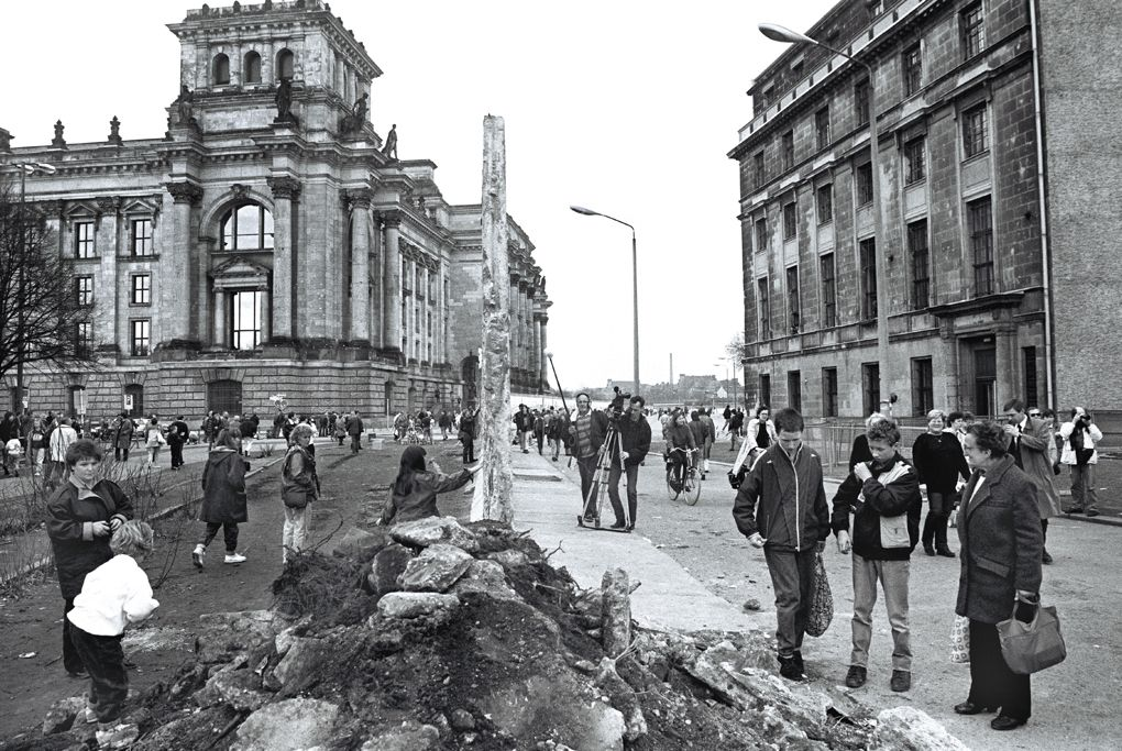 the wall is coming down reichstag february 1990 on berlin wall id=82472