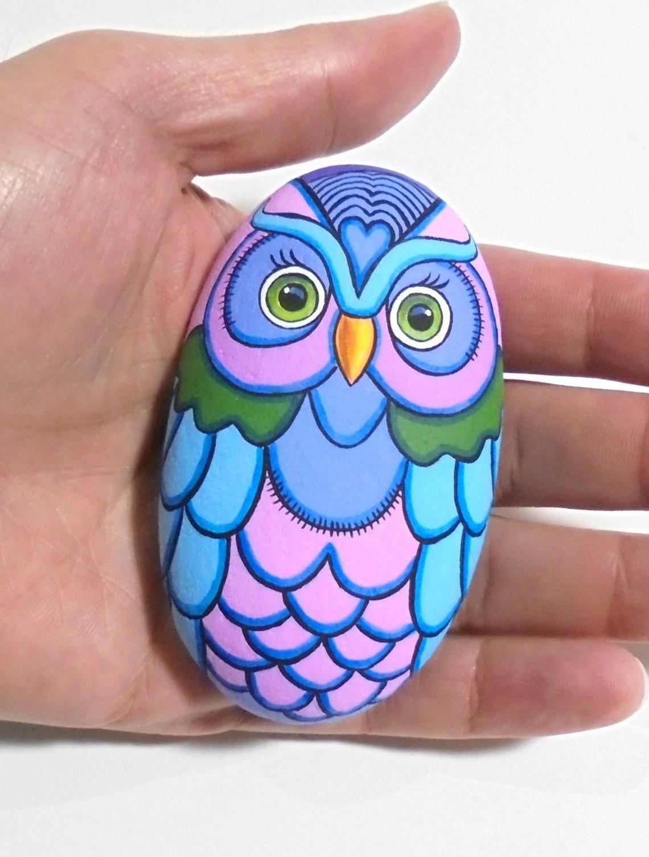 Sea Stone Painted Colorful Owl! Est peint avec des peintures acryliques de haute qualité sur une pierre naturelle et fini avec la protection de vernis brillant