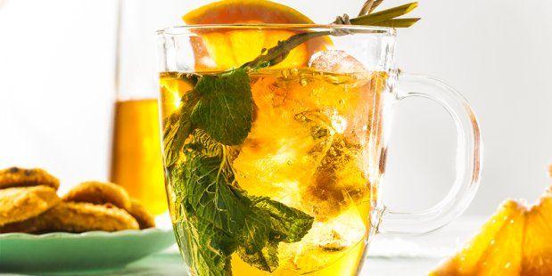 Zelfgemaakte ice-tea van getrokken thee met munt, grapefruit, citroen en limoen gekoeld met ijsblokjes.