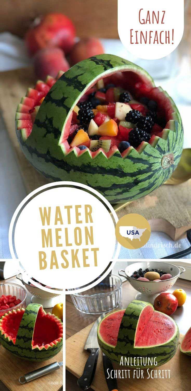 Kauft beim türkischen Gemüsehändler eine überdimensionale Wassermelone, schnitzt einen Korb daraus und füllt ihn mit frischem Obst. Dank unserer Anleitung ist das gar nicht schwer – und der tolle Nachtisch für die nächste Party ist gesichert. #usakulinarisch #rezept #sommerparty #melone #obstsalat #gartenparty #fürgäste #dessert
