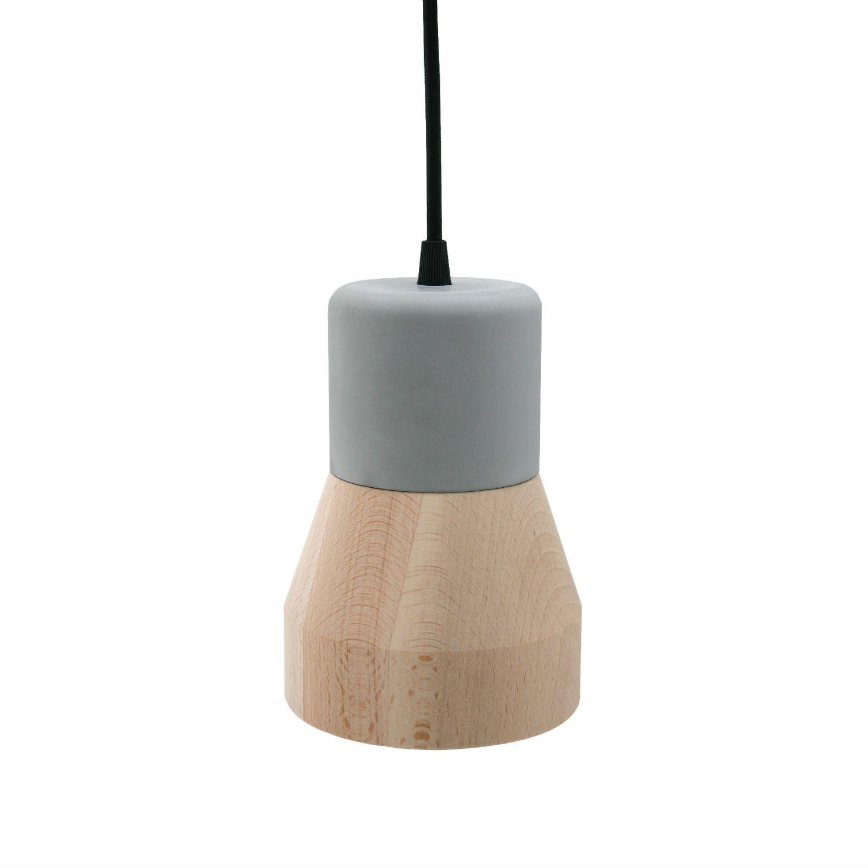 Suspension composée d'un diffuseur en deux parties (partie supérieure en béton, partie inférieure en bois clair), d'uncâble de suspension noir et d'une rosace en métal.Le jeu de matière et la...
