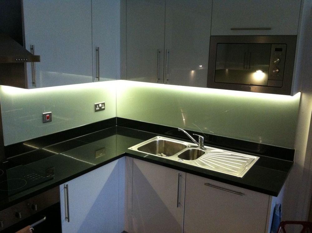 Il piano di una cucina illuminato da una striscia led bianco naturale strisce led pinterest - Striscia led cucina ...