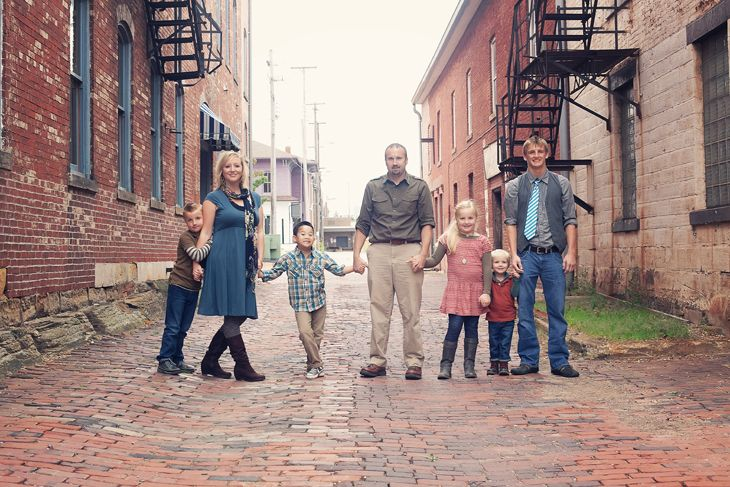 Great group photo with a family of seven via angiearthur for Urban family photo ideas