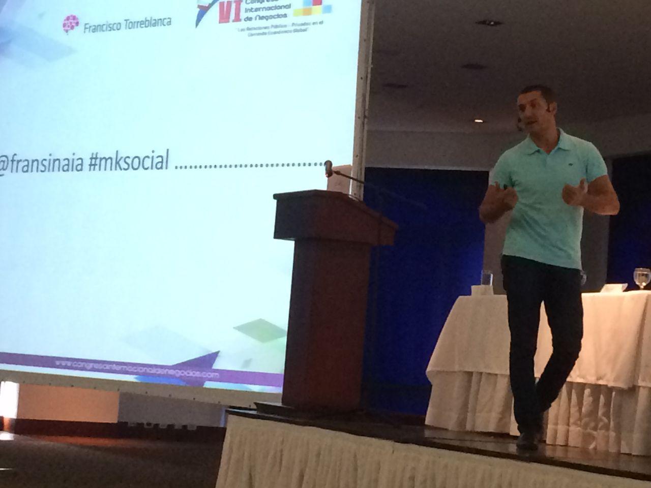 Retando a los asistentes a tuitear en mi ponencia sobre marketing responsable en el VI Congreso Internacional de Negocios de Medellín