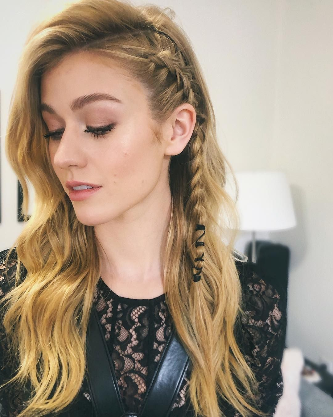 Little Details On Kat Mcnamara Haar Styling Frauen Frisuren Geflochtene Frisuren