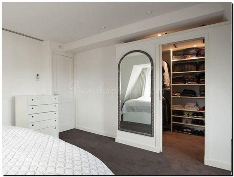Mooie subtiele toogspiegel in slaapkamer-kleedkamer annex inloopkast. http://www.barokspiegel.com/klassieke-spiegels/boogspiegel-lothario