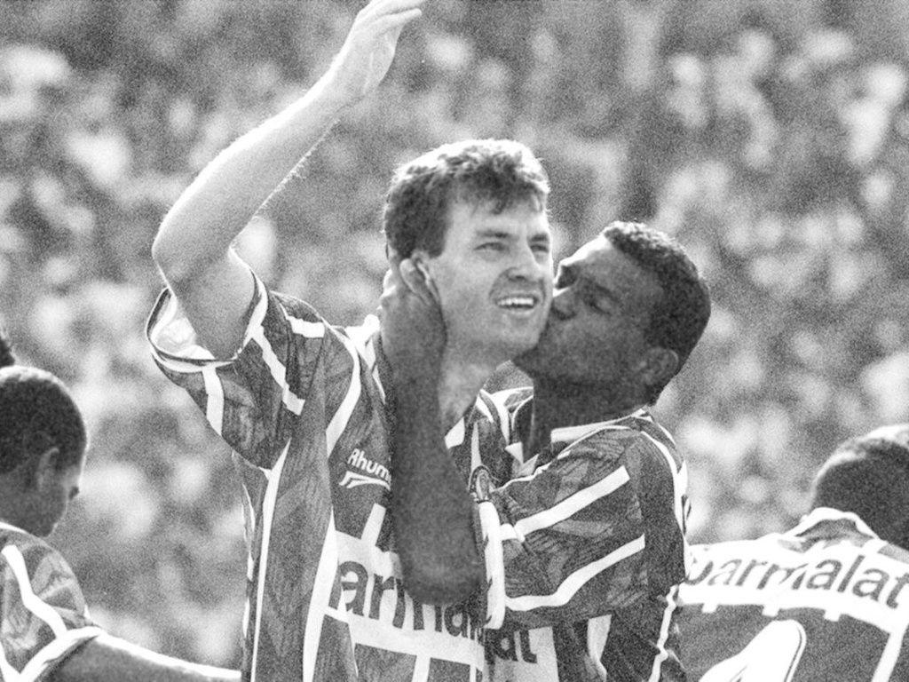 Müller beija Sandro, autor do gol do Palmeiras sobre a Portuguesa, no Campeonato Paulista de 1996