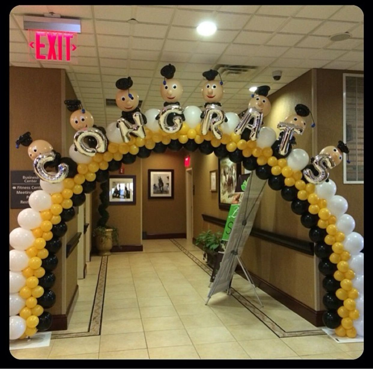 Pin by lourdes santos on formatura pinterest for Balloon decoration graduation