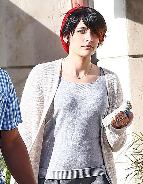 La hija del mas grande del pop Michael Jackson ella es Paris Jackson