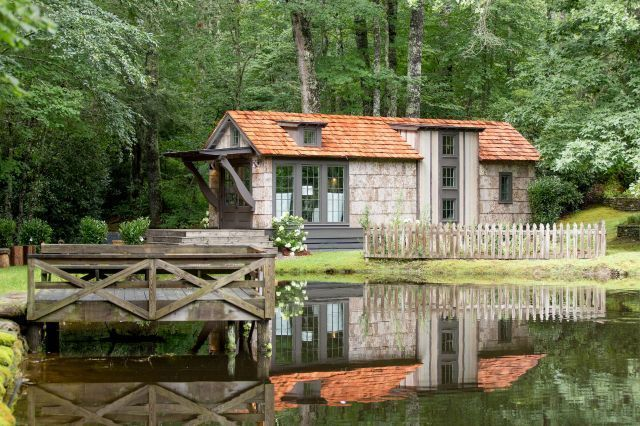This Gorgeous Tiny House Was Built To Look Like A Cozy Southern Cottage Tiny House Blog Small House Living Southern Cottage