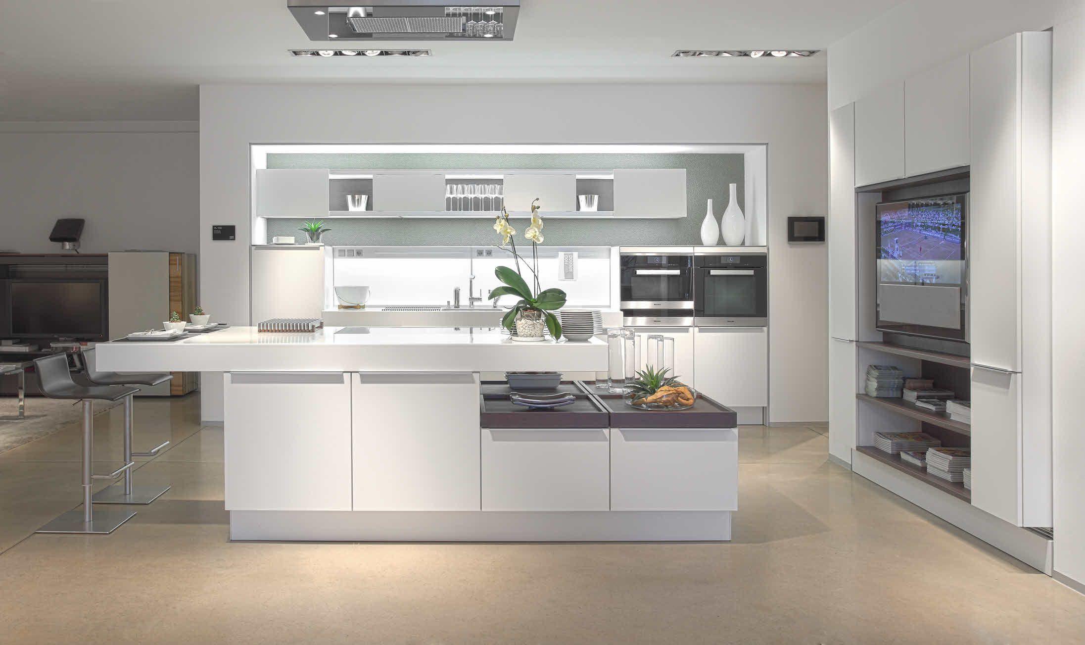 Poggenpohl Kuchenstudio Frankfurt Showroom White Modern Kitchen Modern Kitchen Design Modern White Kitchen Cabinets