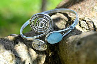 Bracciale Wire, alluminio e azzurrite.  Alumnum wire bracelet and azurite bead