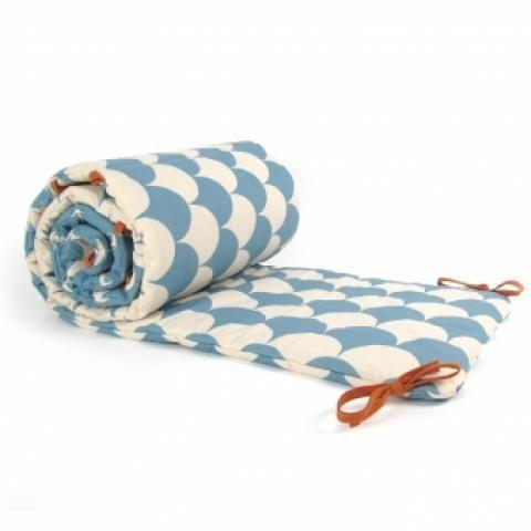 Tour de lit Ecailles - Bleu Nobodinoz pour chambre enfant - Les Enfants du Design