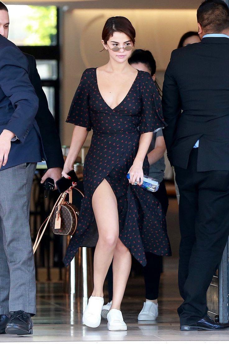 Look do Dia: Selena Gomez usou vestido floral com fenda lacradora