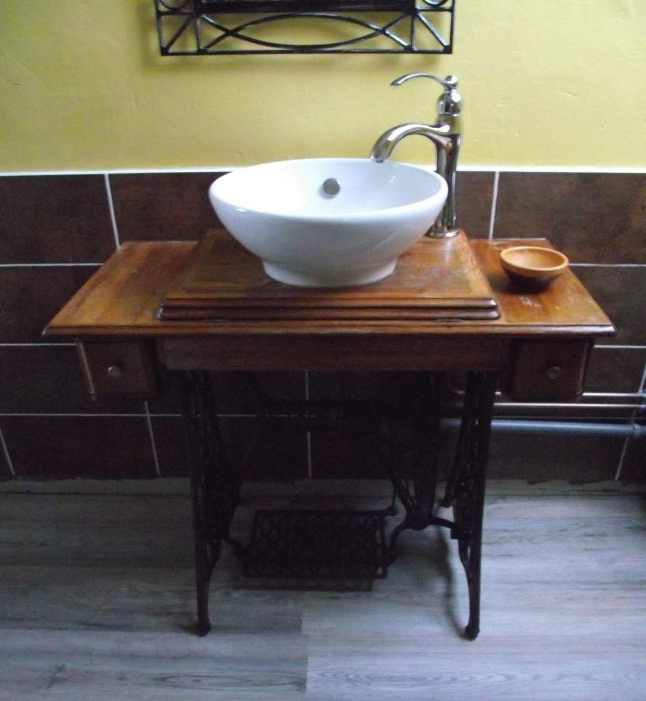 une table de machine coudre un lavabo objets. Black Bedroom Furniture Sets. Home Design Ideas