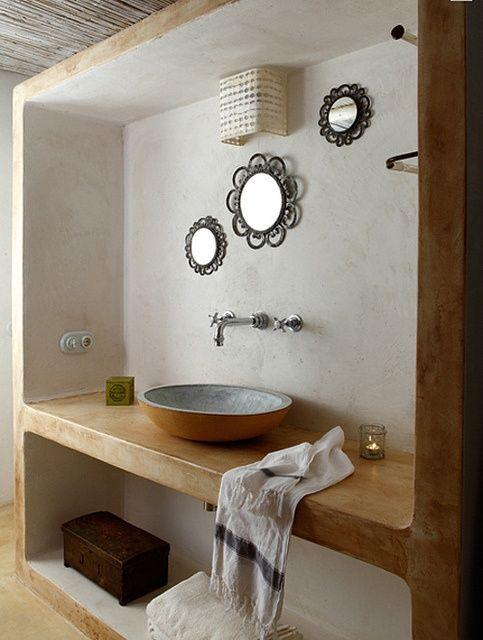 baño rústico, con mueble abierto de obra, acabado en ...