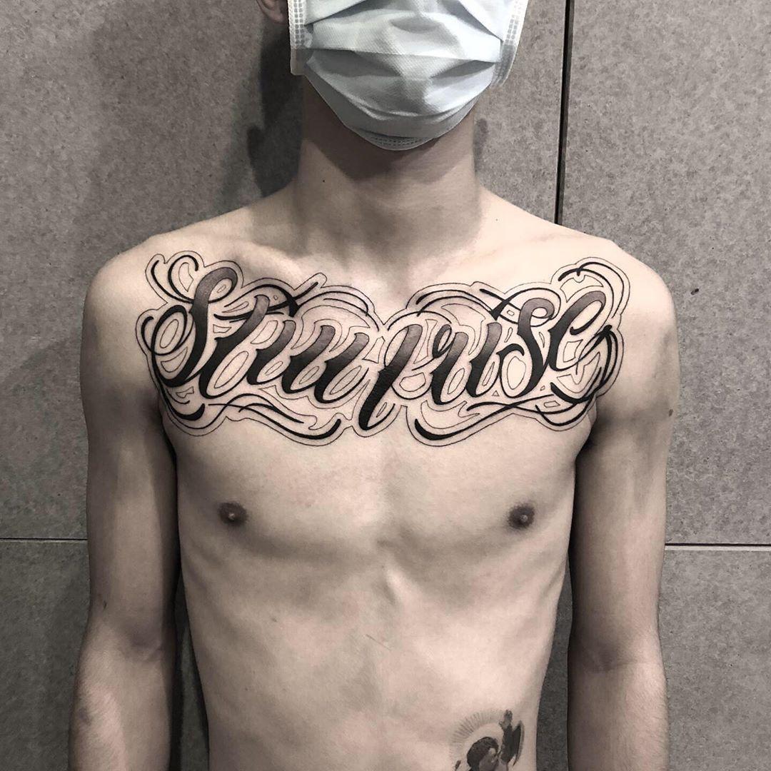 #chicano#blackandgreytattoos #chicanoart#chicanotattoo #letteringtattoo#freehandtattoo#scripttattoo#chicanolettering#tattoos #墨言刺青 #台灣刺青
