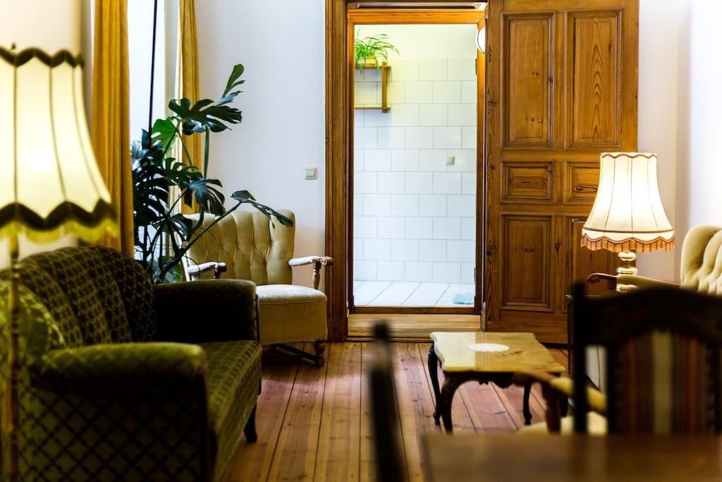 Wohnzimmerinspiration Dunkelgrüne Möbel und Lampen in retrochic - lampen für die küche