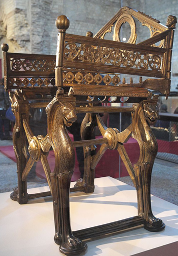 tr ne en bronze dit de dagobert mus e de cluny en r alit une chaise curule romaine. Black Bedroom Furniture Sets. Home Design Ideas
