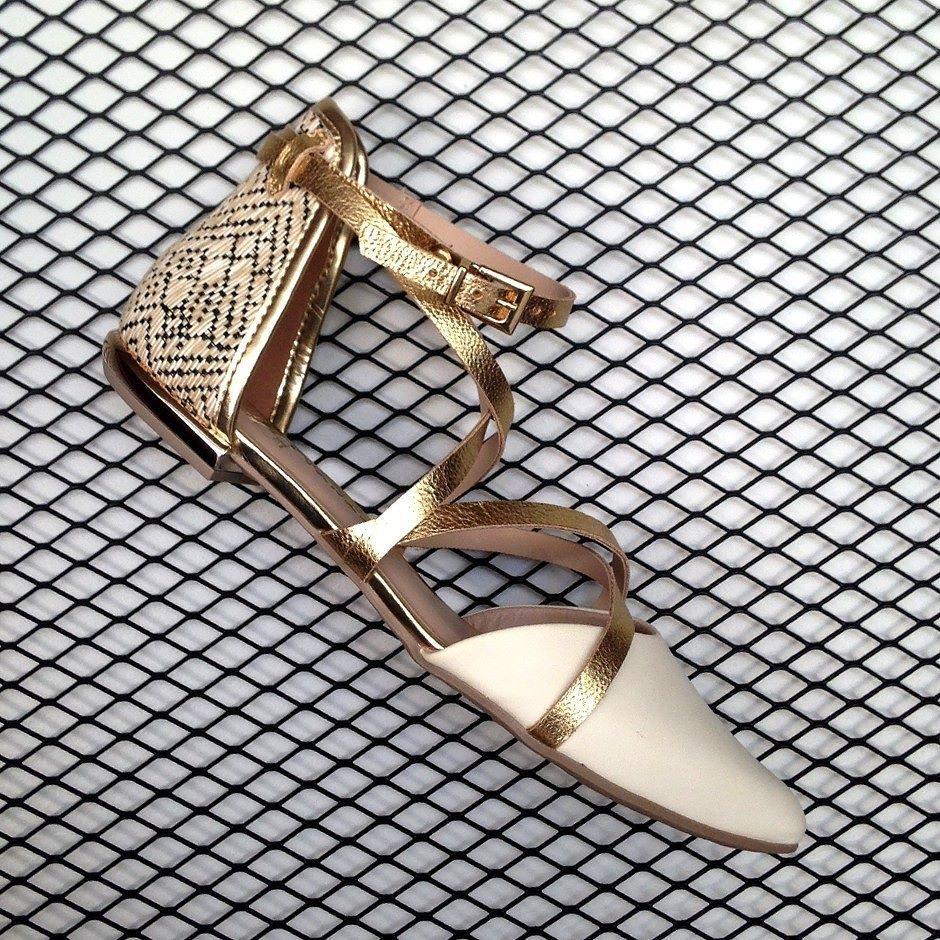 Essencial (adj.)  absolutamente necessário extremamente importante sua nova sapatilha Tanara Brasil. ;)