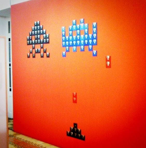 Decorar pared con diskettes reciclando vhs cassettes y - Decorar paredes reciclando ...