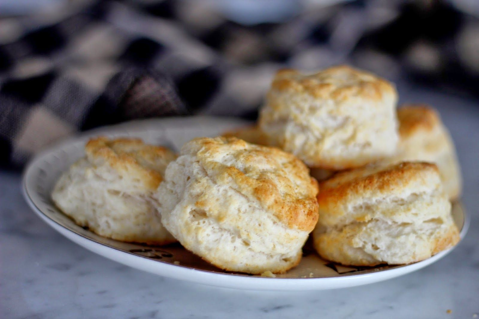 A Bountiful Kitchen: Cracker Barrel Biscuits (copycat recipe)
